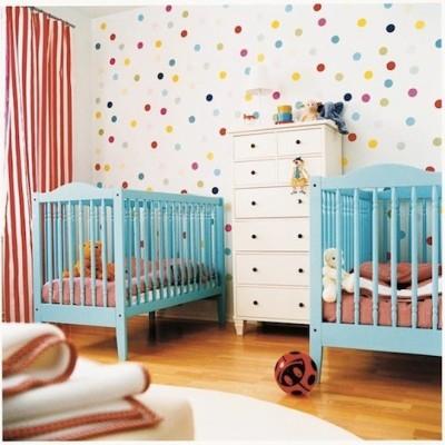quarto-bebe-gemeos-com-bolinhas-coloridas